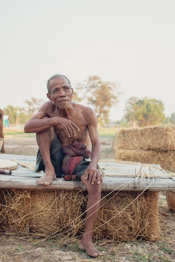 Älterer Mann saß Rauch stockfotografie