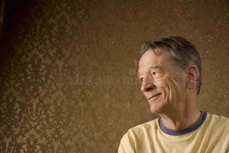 Älterer Mann schaut nach links lizenzfreie stockbilder