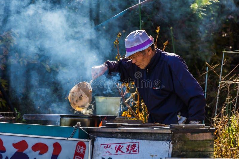 Älterer Mann am See Kawaguchiko in Japan lizenzfreie stockfotografie