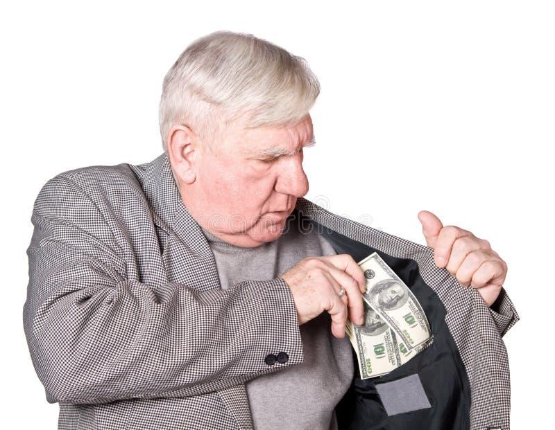 Älterer Mann setzt Geld in eine Tasche ein lizenzfreie stockbilder