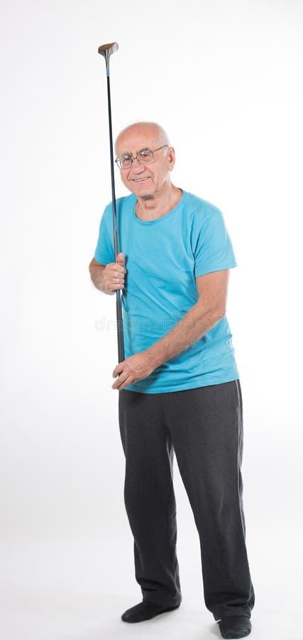 Älterer Mann spielt Golf lizenzfreie stockfotografie