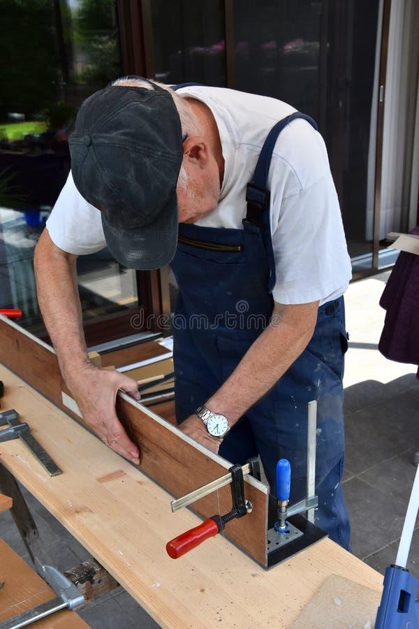 Älterer Mann und es sich tun stockfoto