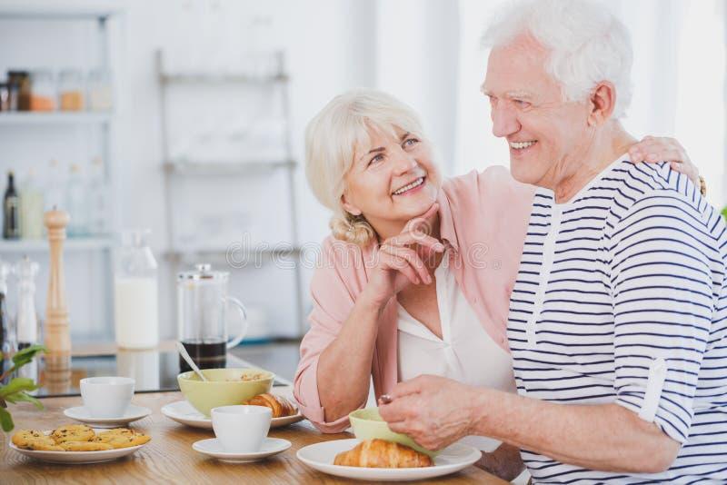 Älterer Mann und Frau am Frühstück stockbilder