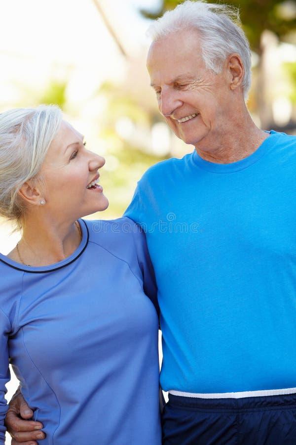 Älterer Mann und jüngere Frau draußen stockfoto