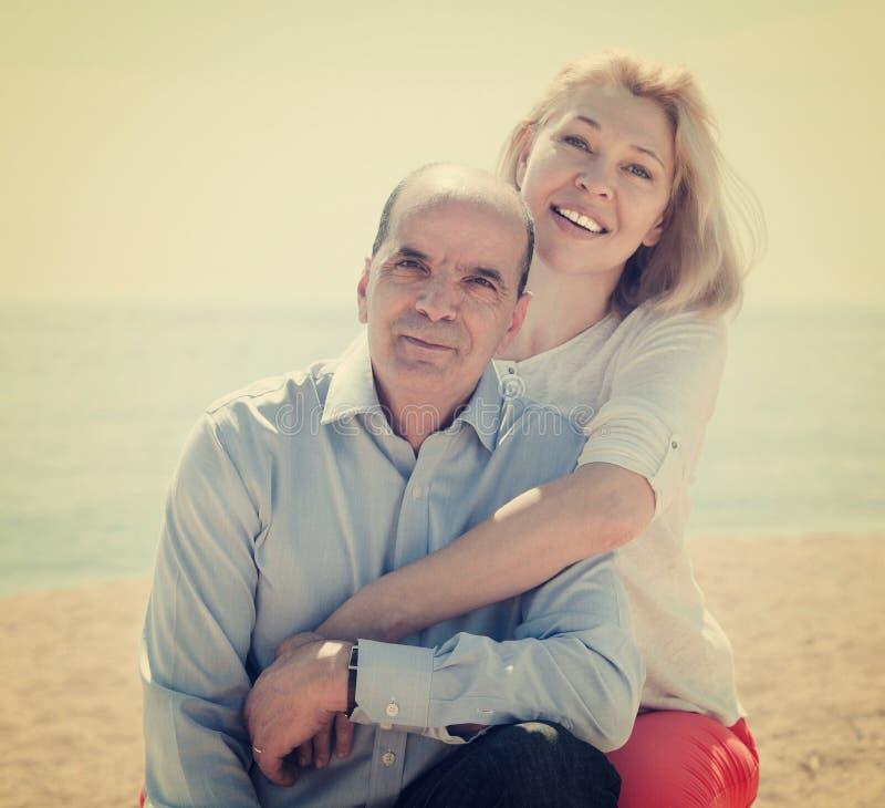 Älterer Mann und reife Frau gegen Meer im Sommer lizenzfreie stockfotos