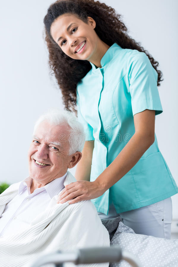 Älterer Mann und sein Betreuer lizenzfreies stockbild