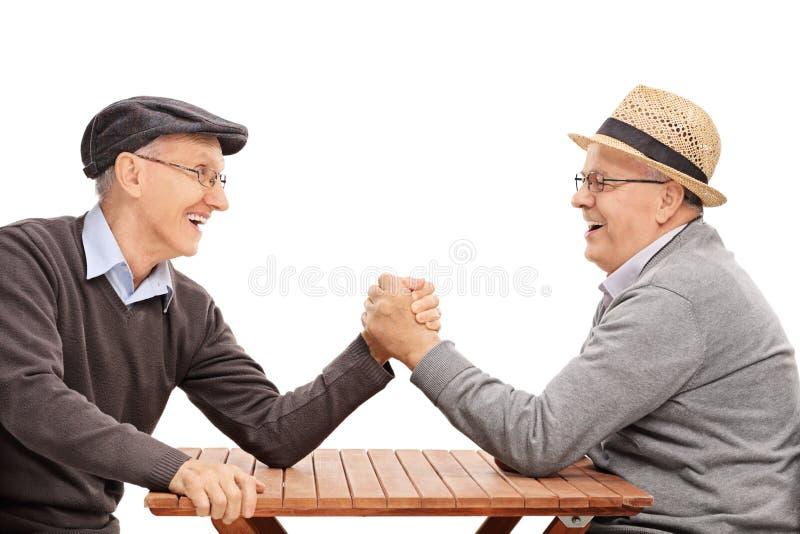 Älterer Mann zwei, der einen Armwringenwettbewerb hat stockfotografie