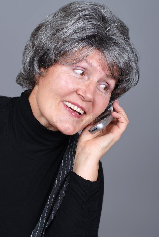 Älterer mit einem Handy lizenzfreie stockbilder