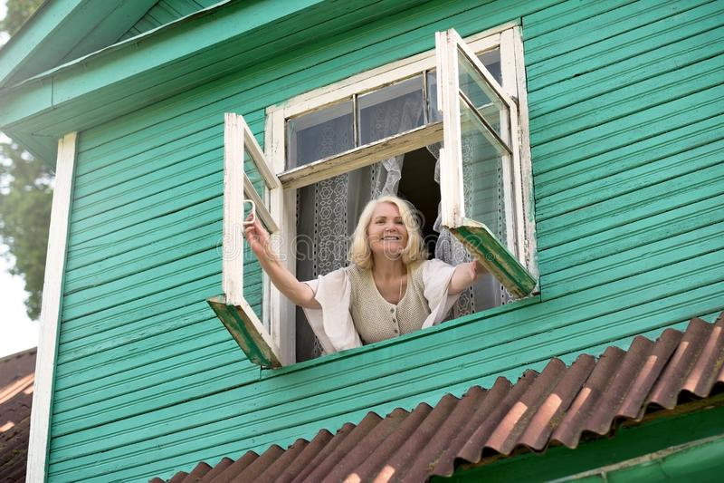 Älterer Morgen des BlondineAusstellfensters morgens aufwachend lizenzfreie stockfotografie