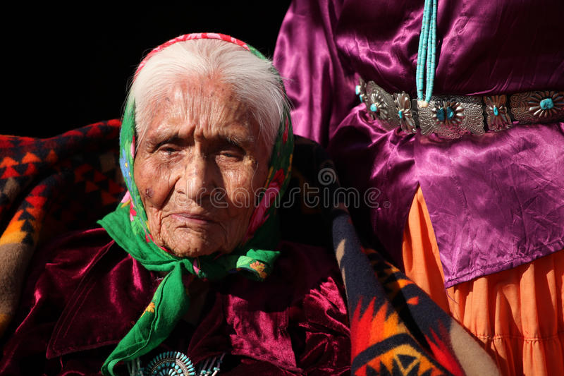 Älterer Navajo-gebürtige Frau, die traditionellen Tu trägt stockfoto