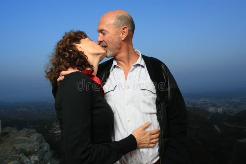 Älterer Paarkuß lizenzfreie stockbilder