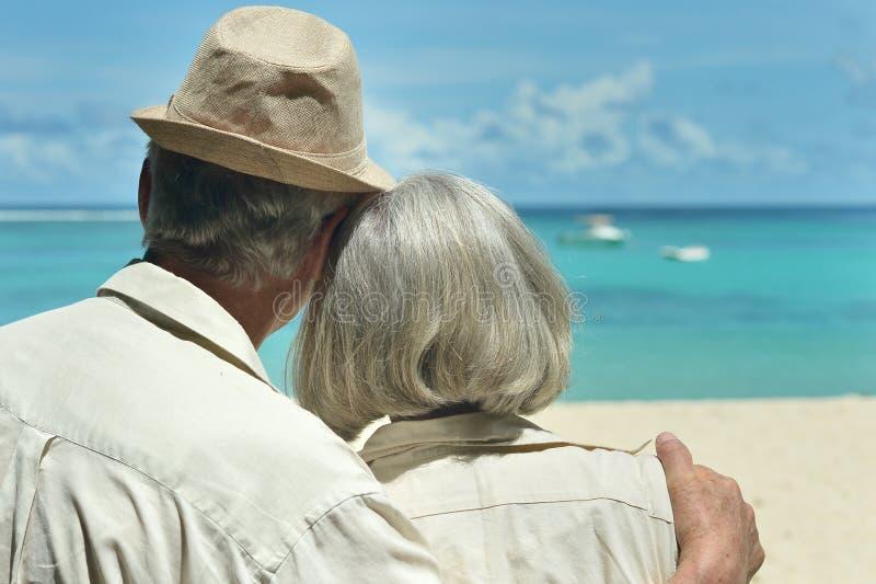Älterer Paarrest am tropischen Erholungsort lizenzfreie stockfotografie