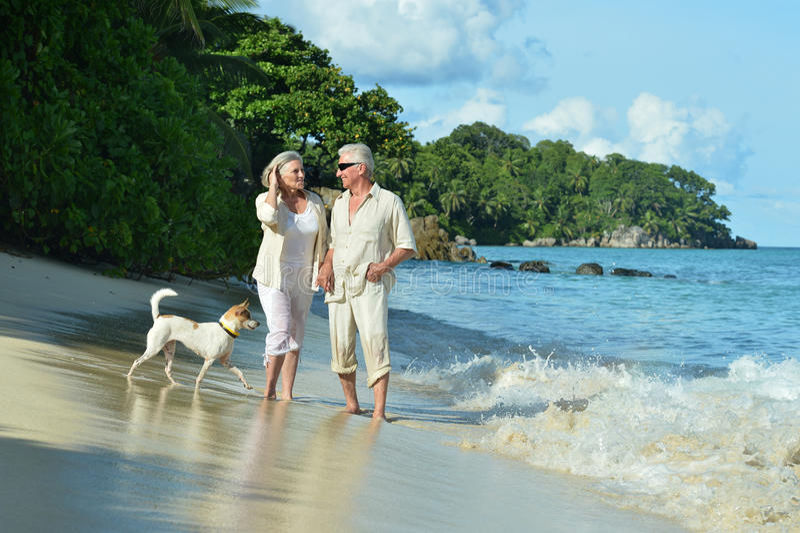 Älterer Paarrest am tropischen Strand stockfotos