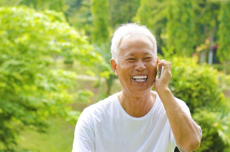 Älterer am Telefon lizenzfreies stockbild