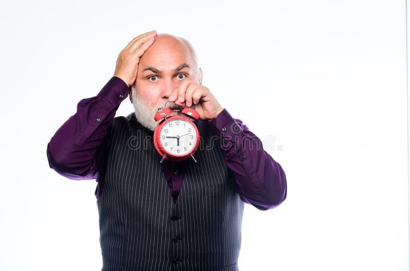 Älterer Timekeeper Zeit und Alter timekeeping reifer bärtiger Mann mit Wecker Ruhestand Uhrmacher oder Uhr stockbilder