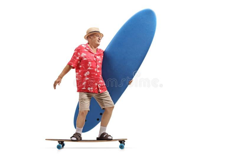 Älterer Tourist, der ein Surfbrett hält und ein longboard reitet lizenzfreie stockfotografie