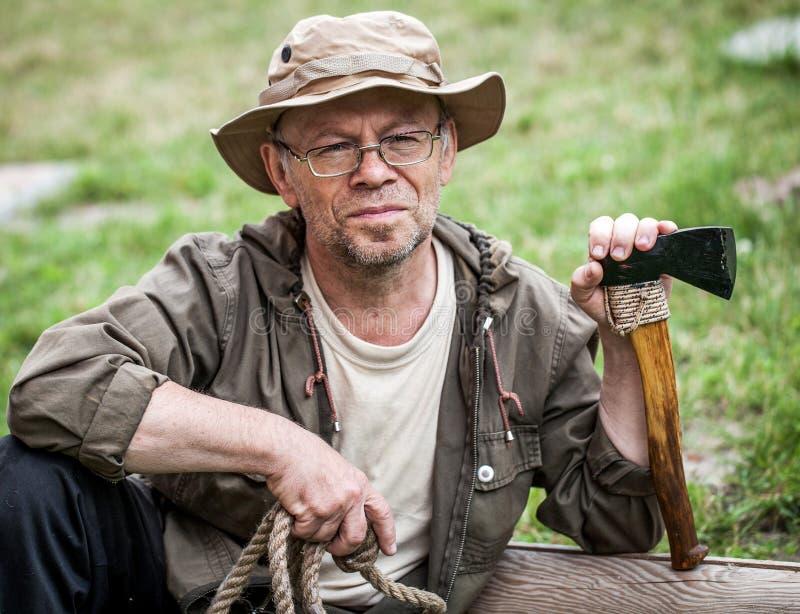 Älterer touristischer Mann mit Axt lizenzfreies stockfoto