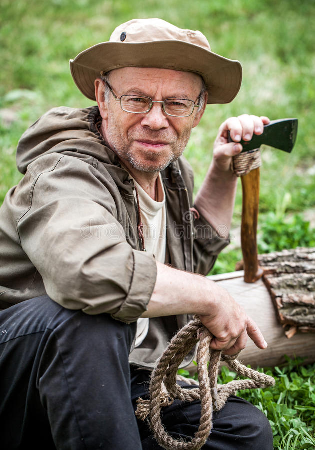 Älterer touristischer Mann mit Axt lizenzfreie stockfotografie