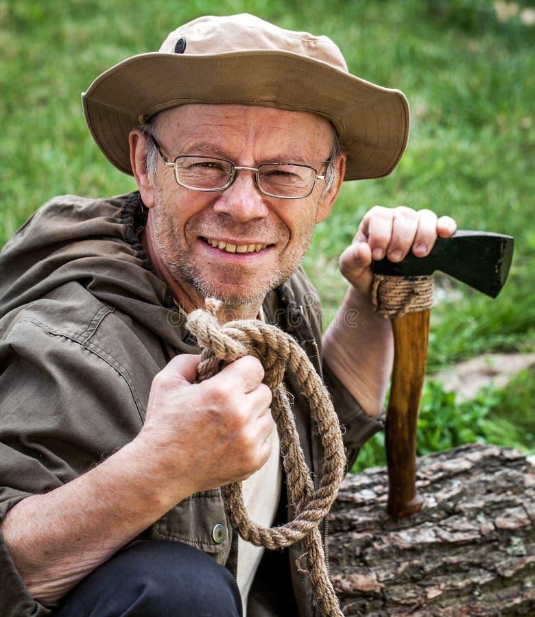 Älterer touristischer Mann mit Axt stockfotos