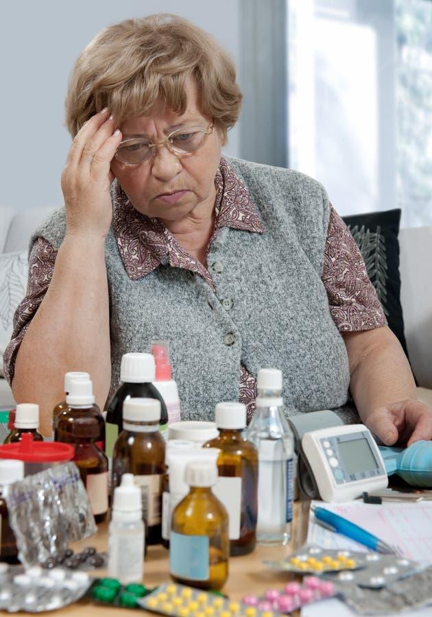 Älterer und Medizin lizenzfreies stockfoto