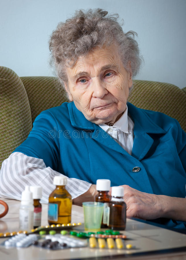Älterer und Medizin lizenzfreie stockfotos