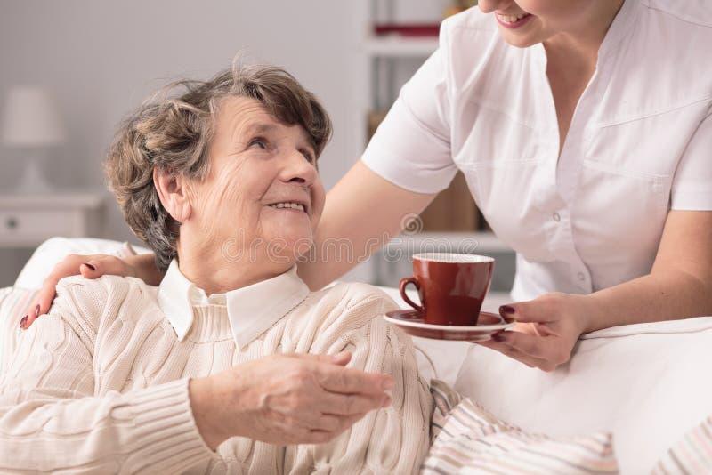 Älterer und privater Betreuer lizenzfreie stockbilder