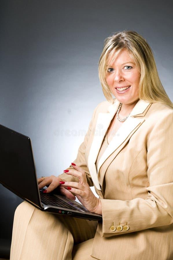älterer Unternehmensleiter der vierzig Einjahresfrau stockbilder