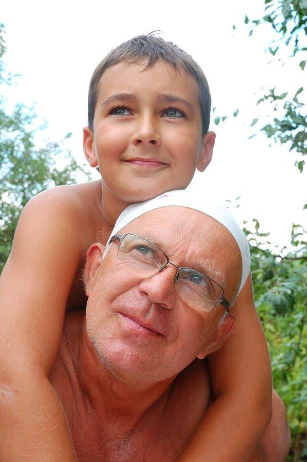 Älterer Vater mit Sohn lizenzfreie stockfotografie