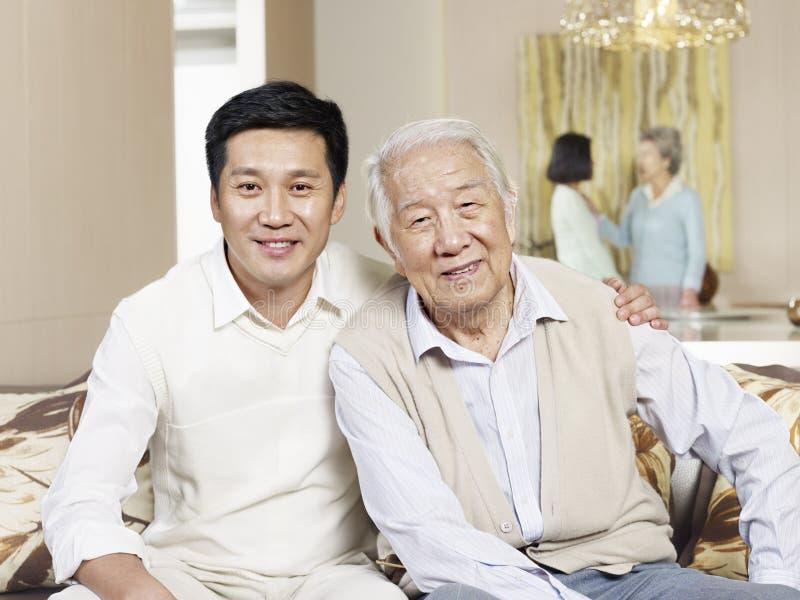 Älterer Vater- und Erwachsensohn stockbilder