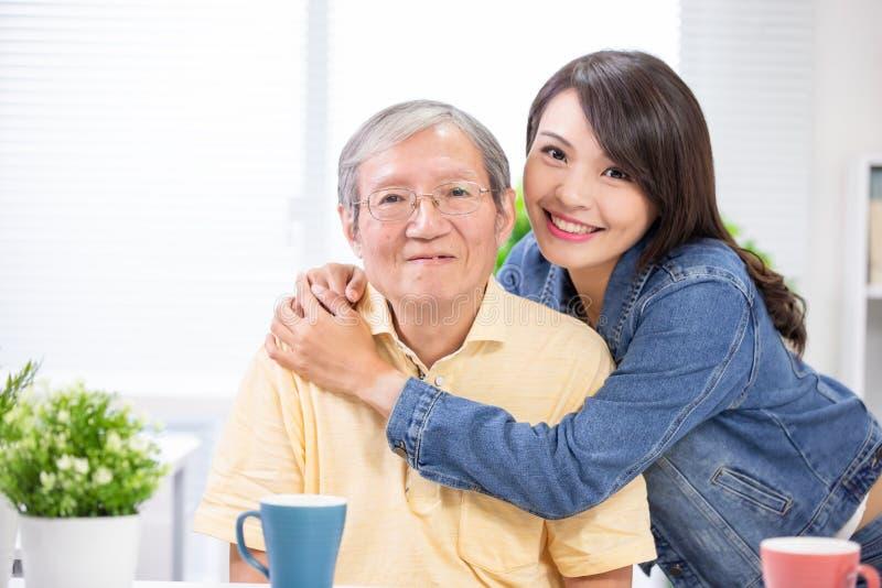 Älterer Vater und junge Tochter stockfotografie