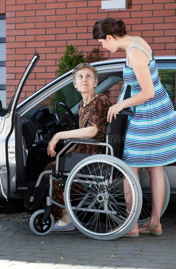 Älterer weiblicher Fahrer auf Rollstuhl lizenzfreie stockfotografie