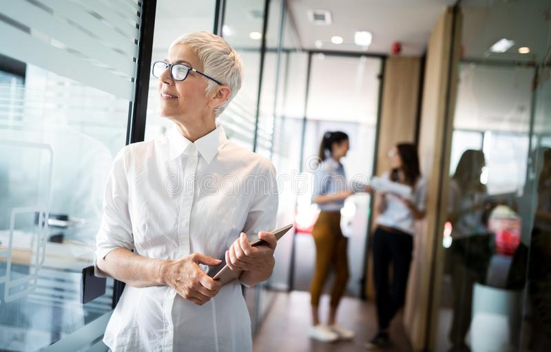 Älterer weiblicher Karrierefachmann, Geschäft, Buchhalter, Rechtsanwalt, Unternehmens, CEO stockfoto