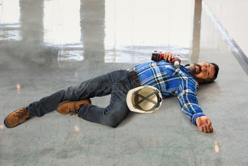 Älteres Arbeitskraft-Legen verletzt lizenzfreies stockfoto