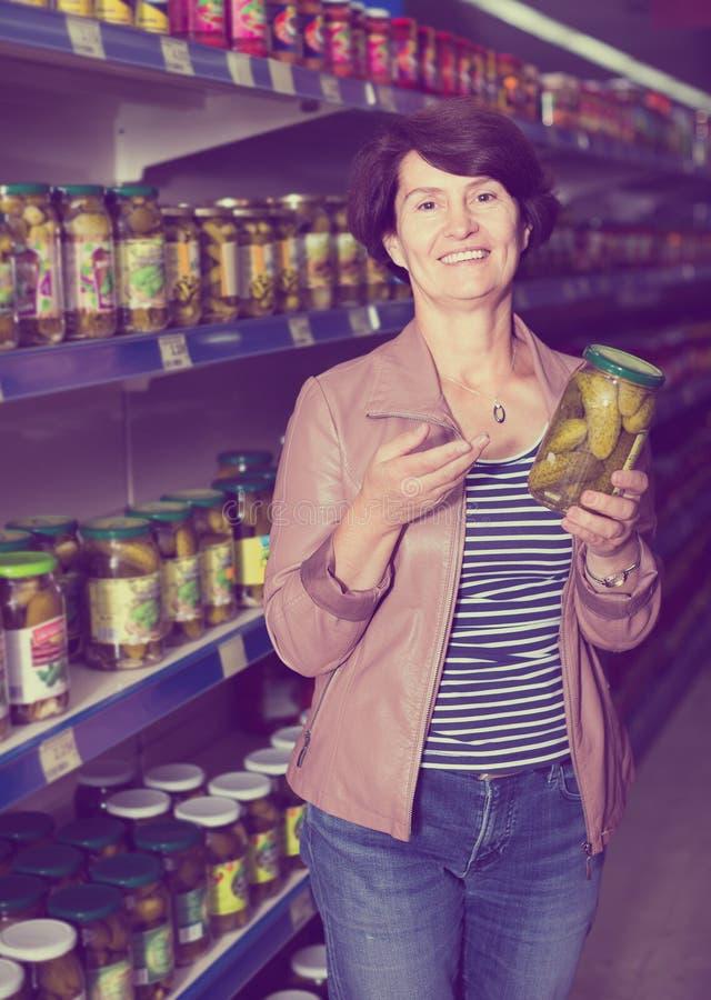 Älteres in Büchsen konservierte Gurken der Frau Kaufen stockfoto