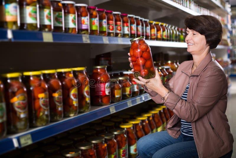 Älteres in Büchsen konservierte Tomaten der Frau Kaufen lizenzfreie stockbilder