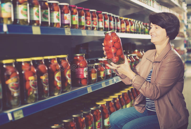 Älteres in Büchsen konservierte Tomaten der Frau Kaufen stockfotografie