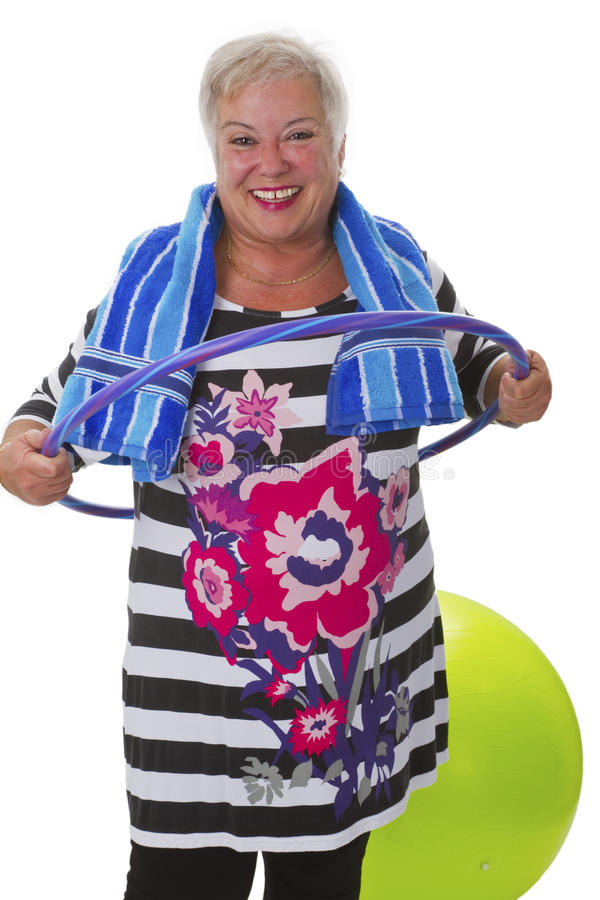 Älteres Damenhandeln gymnastisch mit hula Band lizenzfreie stockfotos