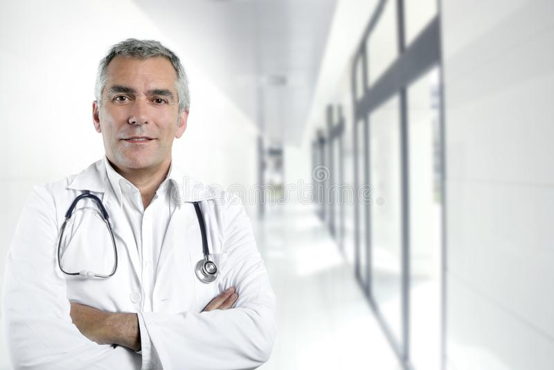 Älteres Doktorkrankenhaus der grauen Haarsachkenntnis lizenzfreie stockfotografie