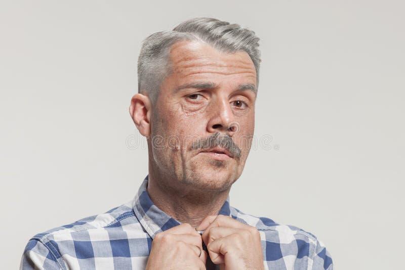 Älteres erwachsenes männliches Gesicht mit ernstem Ausdruck Sie hat Angst lizenzfreie stockfotografie