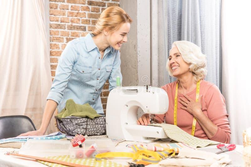 Älteres Frauen- und Mädchennähen stockfotos