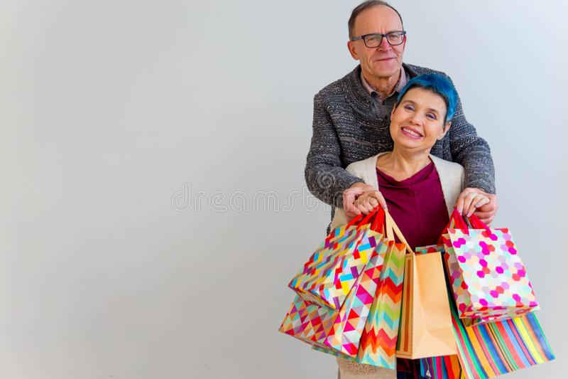 Älteres Fraueneinkaufen lizenzfreie stockfotos