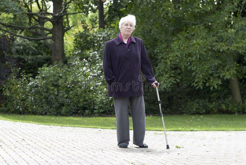 Älteres Frauengehen stockbild