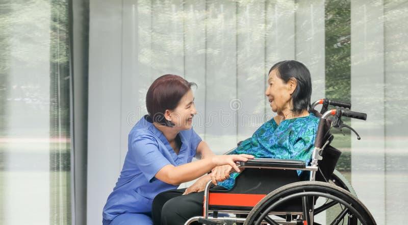 Älteres Frauenglück, das mit Pflegekraft spricht lizenzfreies stockfoto