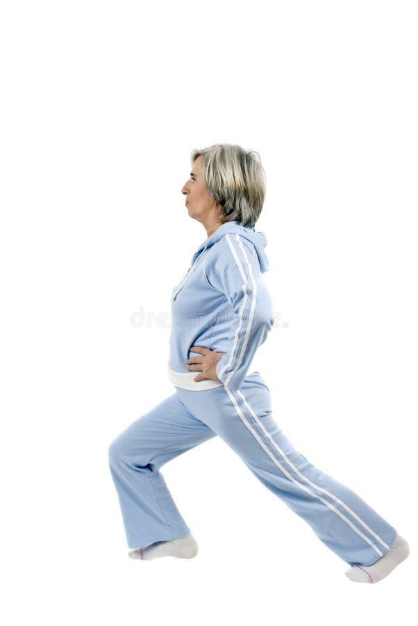Älteres Frauenhandeln gymnastisch stockfoto