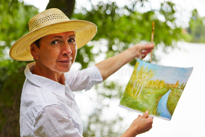 Älteres Frauenmalereibild in der Natur lizenzfreies stockfoto