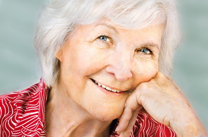 Älteres Frauenportrait mit der Hand auf Kinn lizenzfreie stockfotografie