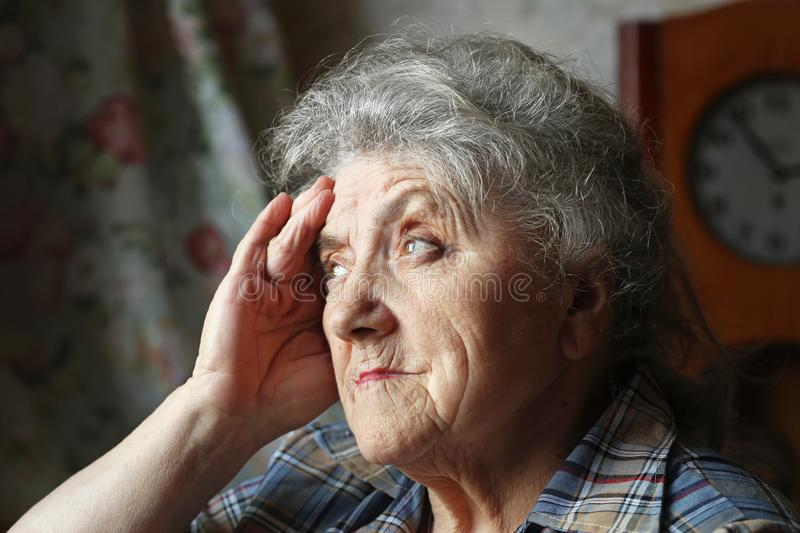 Älteres Frauenschauen und -kopfschmerzen lizenzfreies stockbild