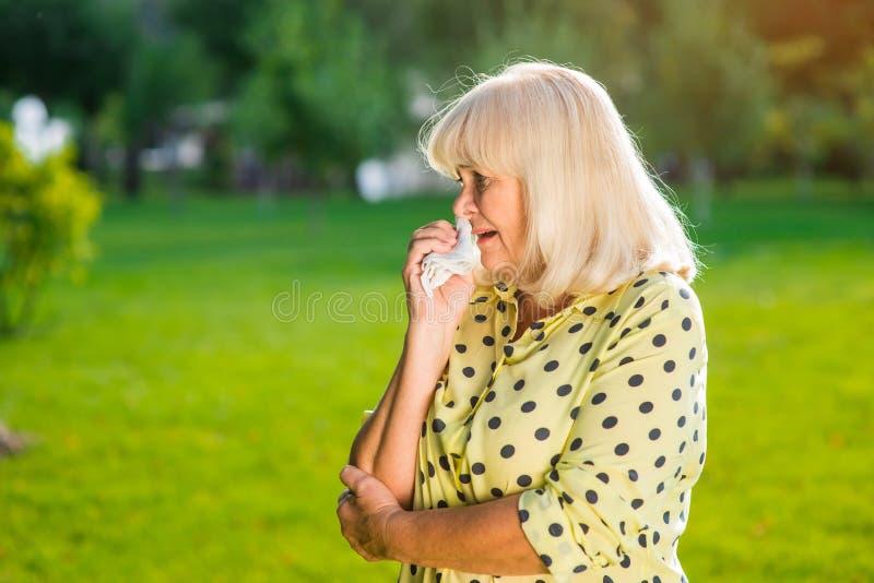 Älteres Frauenschreien lizenzfreie stockfotos