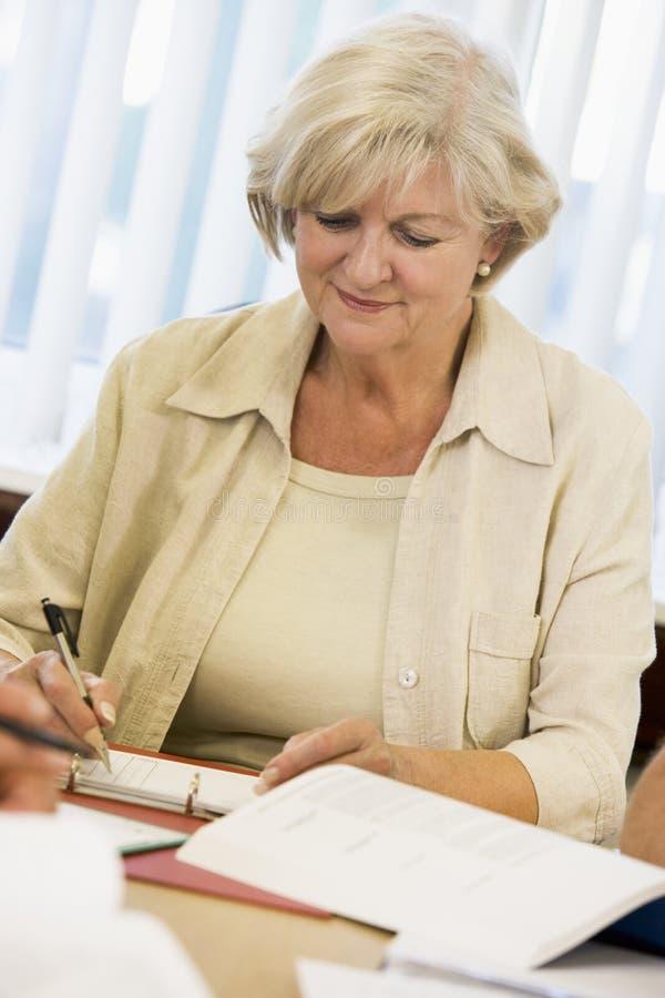 Älteres Frauenstudieren stockbild