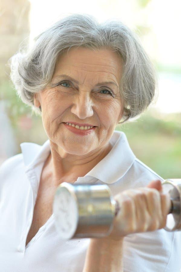 Älteres Frauentrainieren stockbild